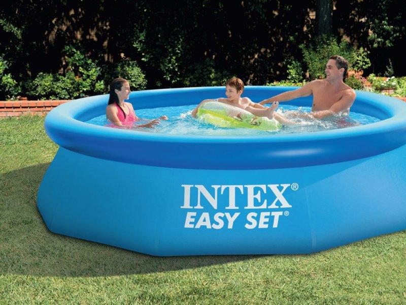 Famille-jouant-dans-une-piscine-autoportée