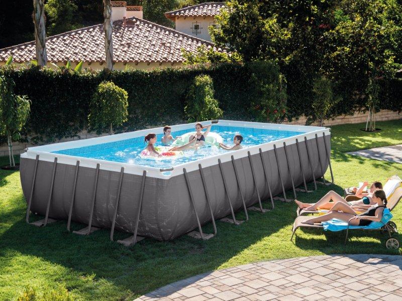 piscine-hors-sol-tubulaire-avec-personnes-qui-s'amusent