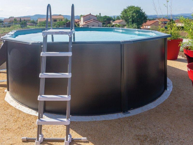 échelle-de-sécurité-d'une-piscine-hors-sol