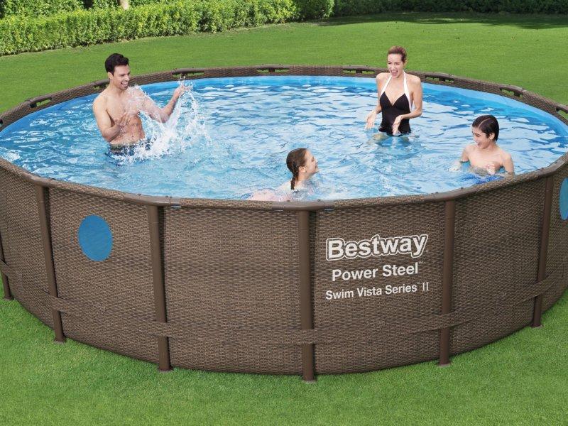 Personnes-dans-une-piscine-tubulaire-ronde