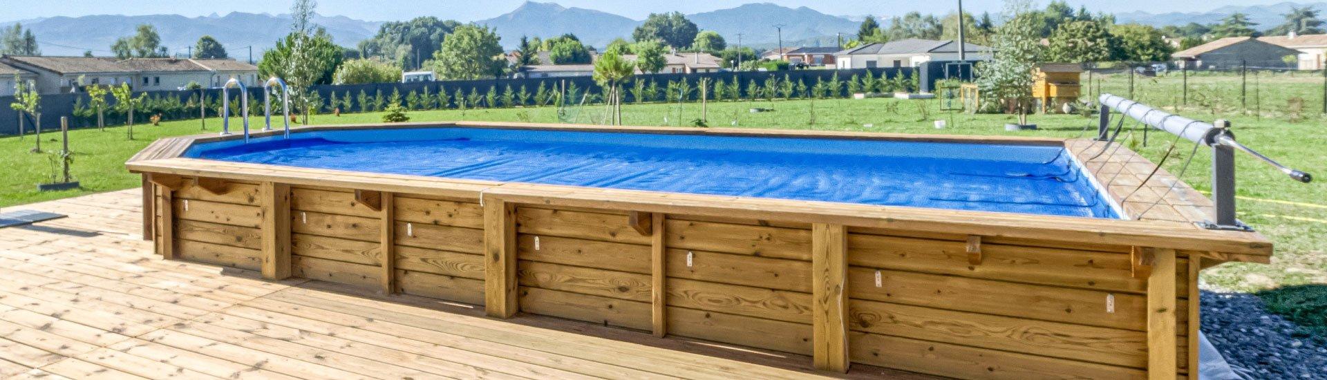 couverture-a-bulle-sur-une-piscine-bois-avec-enrouleur