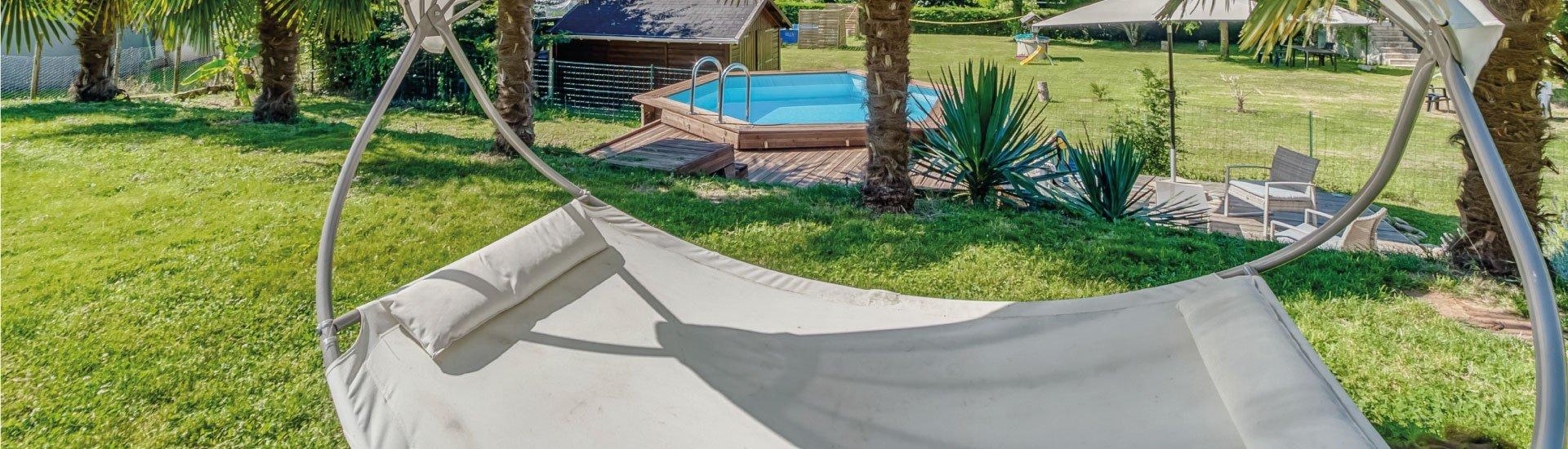 jardin-aménagé-avec-une-piscine-bois
